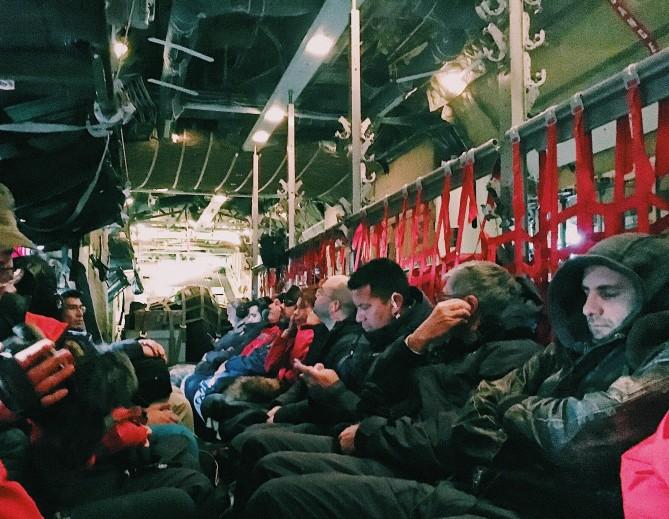 칠레에서 남극으로 이동하는 공군기 안에서 탑승자들이 대기하고 있다. - 전현정 제공